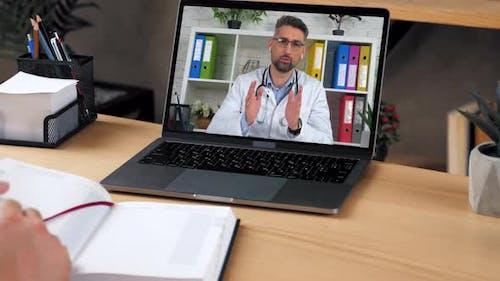 Mann Arzt im Laptop-Bildschirm erzählt Konsulten Online-Videoanruf Computer Webcam