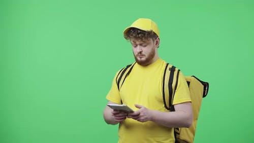 Porträt junger Männer, die Informationen auf einem digitalen Tablet anzeigen
