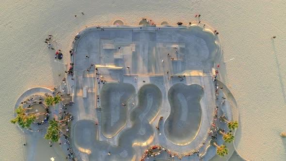 Thumbnail for Touristen und Einheimische unter den Zuschauern am Venice Beach.