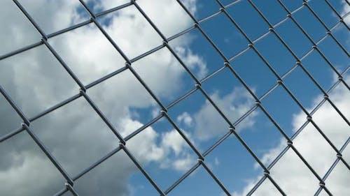Maschendrahtzaun und Skyline Timelapse View vom Sperrgebiet des Gefängnisgefängnisses