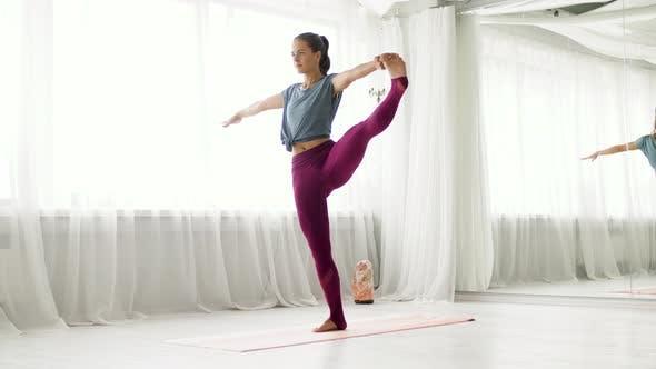 Thumbnail for Frau tun Yoga Hand-to-big-toe Pose bei Studio 79
