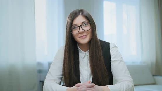 Thumbnail for Konzentrierte Freelancer mit Brille spricht mit Arbeitgeber