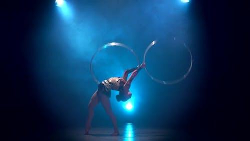 Mouvements acrobates avec cerceaux