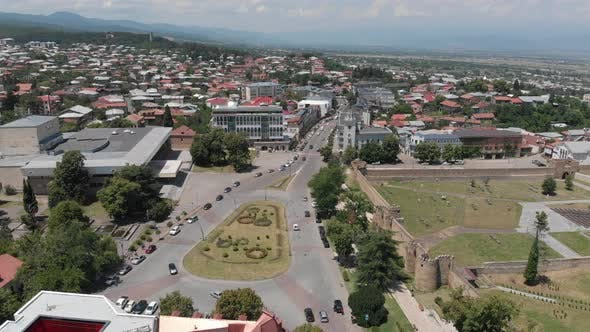 Thumbnail for Luftaufnahme des Stadtzentrums von Telavi. Fliegen über Batonis Tsikhe