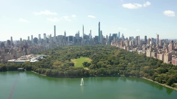 Cover Image for Beautiful Central Park View with Lake and Manhattan Skyline in Background at Sunny Summer