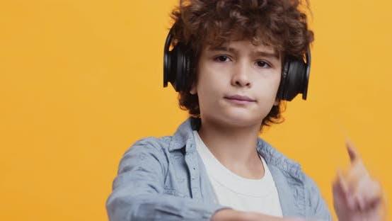 Kleiner Musikliebhaber. Cute Boy Musik hören in Kopfhörer und Tanzen