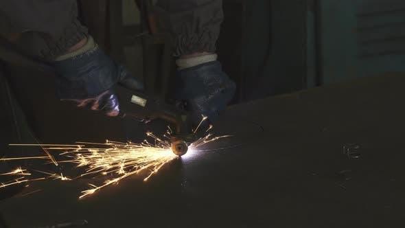 Thumbnail for Abgeschnittener Schuss eines Fabrikarbeiters Schneiden Stahl mit Funken herumfliegen