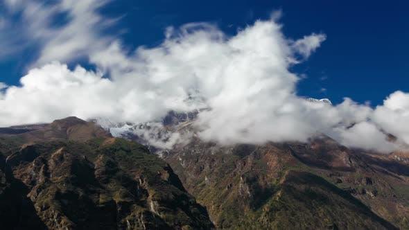 Thumbnail for Time-lapse de nuages se déplaçant autour des montagnes de l'Himalaya