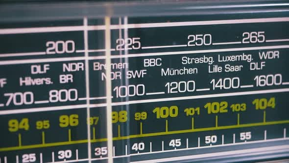 Thumbnail for Tuning analoge Radiozifferfrequenz auf der Skala des Vintage-Empfängers