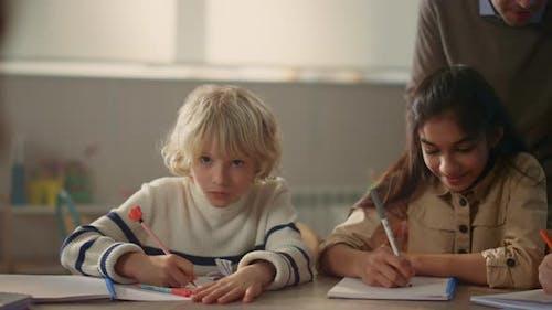 Schüler schreiben in Notizbüchern