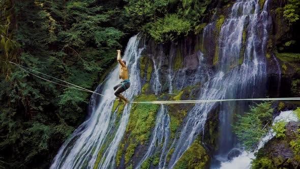 Fit Man High-Futter über einem Wasserfall
