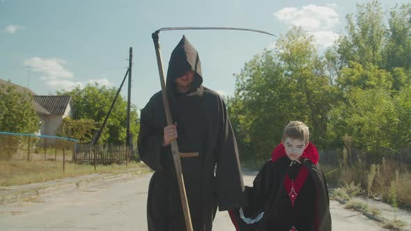 Gruselige Familie geht Trick oder Behandlung auf Halloween