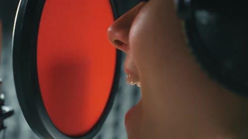 Bouche d'une chanteuse chanteuse en studio de son