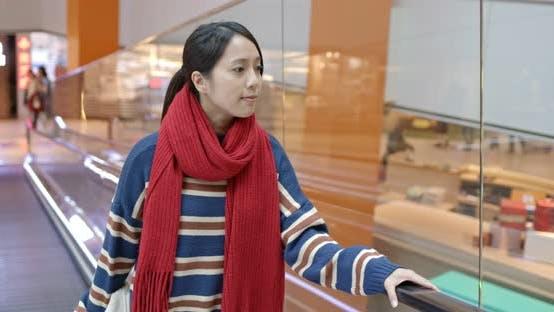 Thumbnail for Frau nehmen Rolltreppe im Einkaufszentrum
