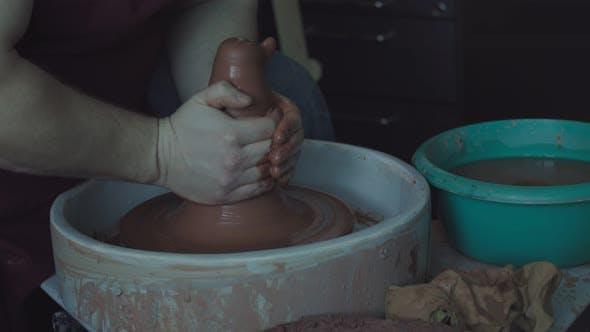 Der Meister arbeitet mit Keramik
