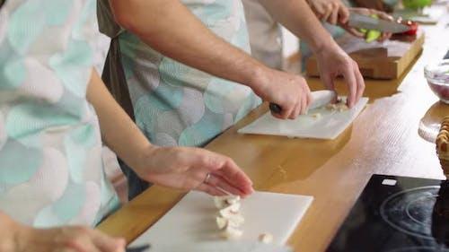 Diverse Schüler kochen im Kochkurs mit Chef