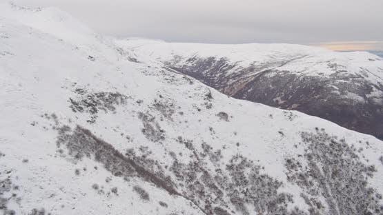 Luftbildhubschrauberaufnahme von Alaksan Wildnis in der Dämmerung, in Richtung verschneite Berge, Drohne aufnahmen