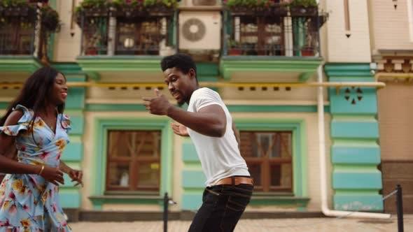 Thumbnail for Afro-Tänzer bewegen den Tanz im Freien