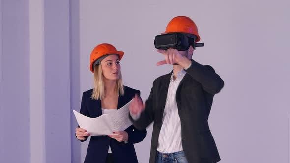 Thumbnail for Bau männliche und weibliche Ingenieure in Helmen mit VR Brille Management Building Projekt in 3D