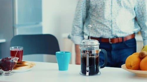 Kaffee zubereiten in der französischen Presse