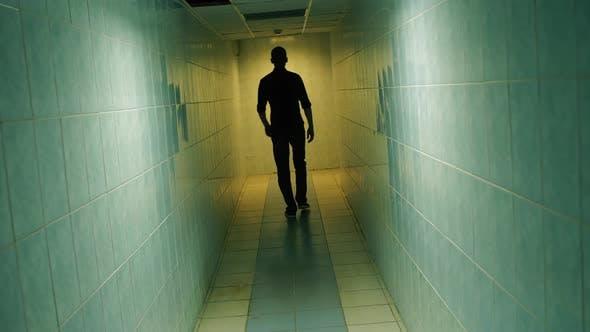 Thumbnail for Mann gehen weg unten ein Korridor
