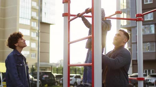 Caucasian Eltern und Sohn Entspannen auf Urban Spielplatz
