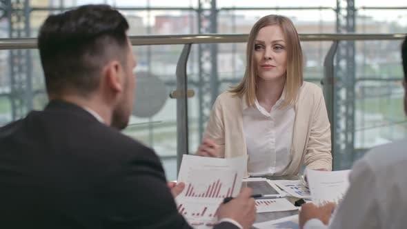 Thumbnail for Aufmerksame weibliche Managerin