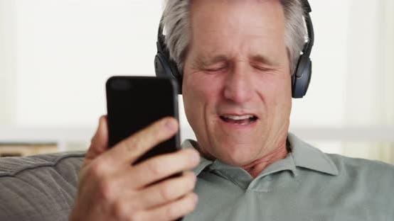 Thumbnail for Senior Musik-Smartphone-Kopfhörer hören