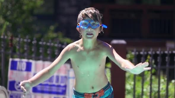 Thumbnail for Ein Junge spielt in einem Hotelresort in einem Pool.