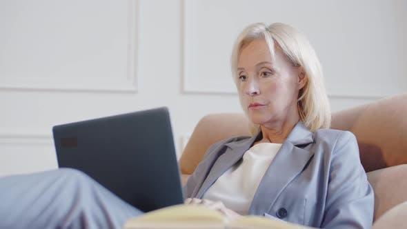 Thumbnail for Erfolgreiche weibliche Anwältin arbeitet am Computer