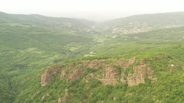 Flug In einem Gebirge Gebiet in Bulgarien