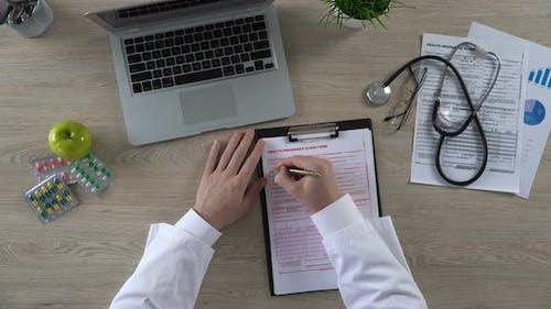 Top Ansicht von Allgemeinmediziner Ausfüllen von Krankenversicherungsansprüchen, Gesundheitswesen