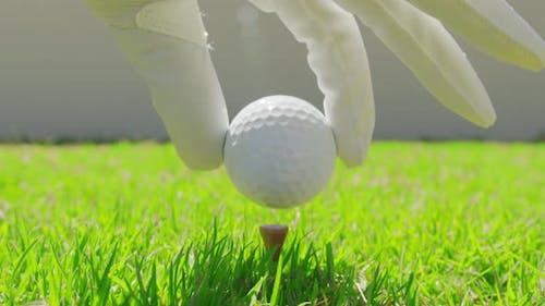 Golfer Platzieren Golfball auf dem Tee auf dem Golfplatz