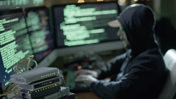 Thumbnail for Hacker Breaking Database bei Nacht