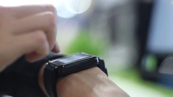 Thumbnail for Frau verwendet moderne Smart-Uhren