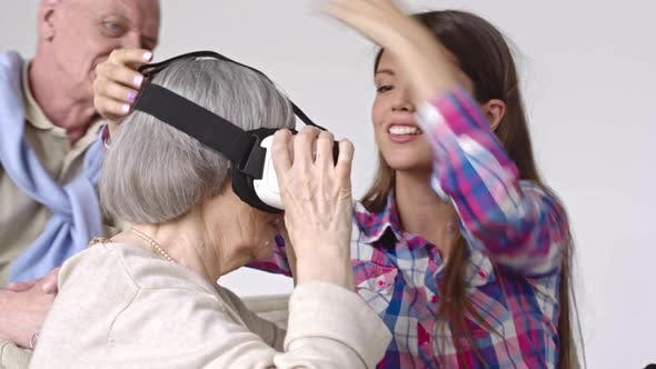Cover Image for Woman Showing Virtual Reality to Elderly People