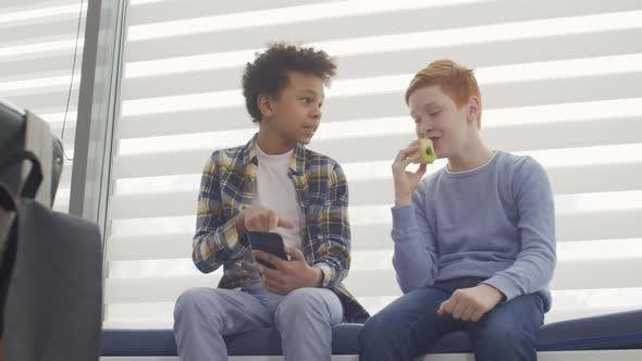 Thumbnail for Zwei multiethnische Schüler, die Spaß in der Pause haben