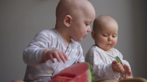 Thumbnail for Zwei Twin Sisters Kleinkind Baby Mädchen Kleinkind Spielen mit Wassermelone.