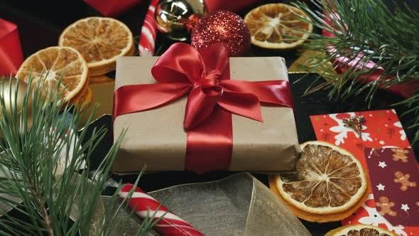 Thumbnail for Eingewickelt mit Geschenkbox mit roter Schleife und Weihnachtsdekorationen