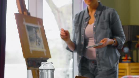 Thumbnail for Malerin Malerei auf einer Leinwand zu Hause 4k