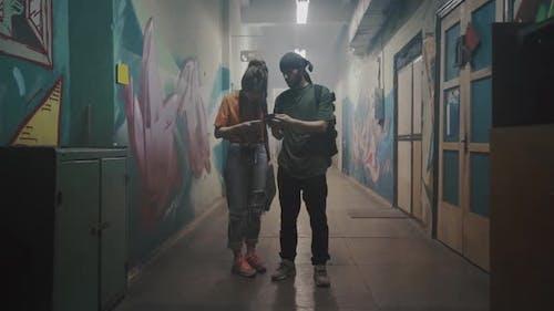 Zwei junge Leute benutzen Smartphone
