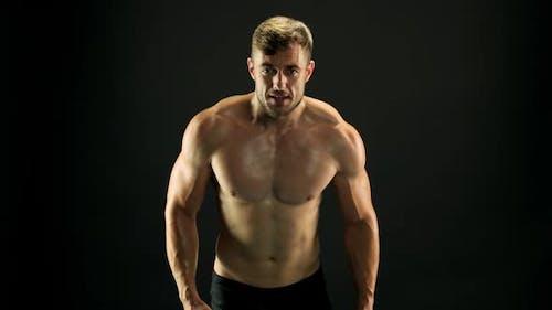 Mann mit muskulösem Körper ist Training.