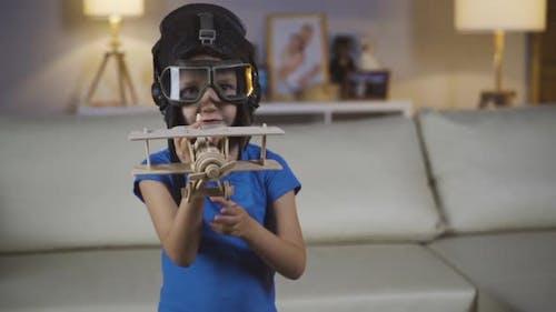Kleines Mädchen Kind Kind spielt in einem Helm und Brille