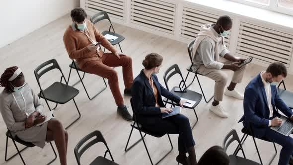 Geschäftsleute halten soziale Distanz auf Konferenz