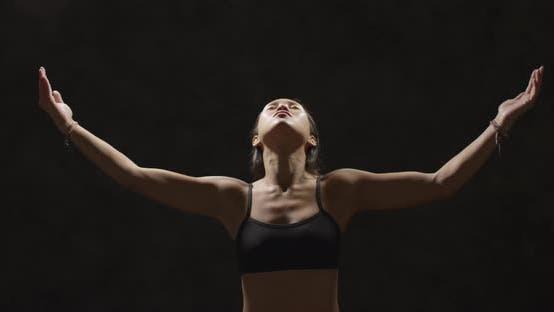 Thumbnail for Porträt der athletischen Frau, die einen Atemzug von Luft aus dem Training