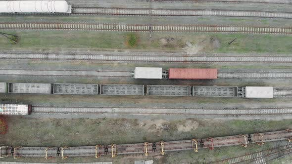 Luftaufnahme der bunten Güterzüge auf dem Bahnhof