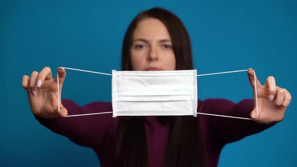 Thumbnail for Frau präsentiert eine Maske