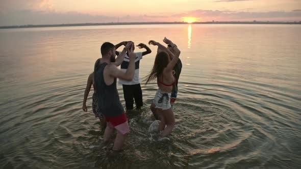 Thumbnail for Gruppe junger Menschen tanzen im See