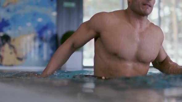 Cover Image for Muskulöser Schwimmer aufstrebender aus Pool