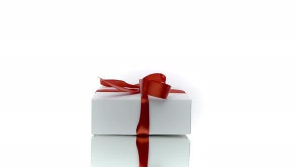 Thumbnail for Schöne weiße Geschenkbox mit roter Schleife, isoliert auf weißem Hintergrund